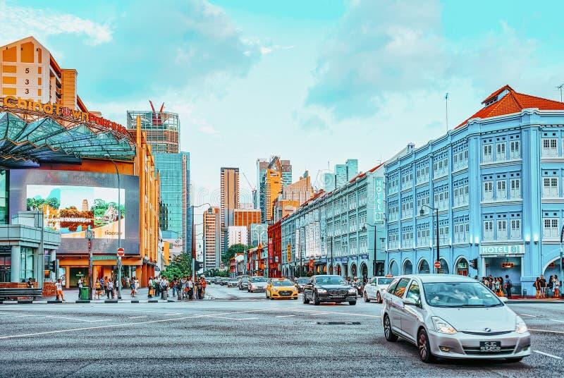 Övrearg gata- och biltrafikKina stad Singapore royaltyfria bilder