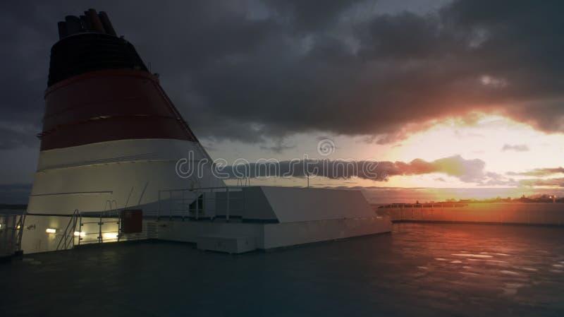 Övredäcket av ångaren Lågt nyckel- foto, solnedgång, ljus effe royaltyfri bild