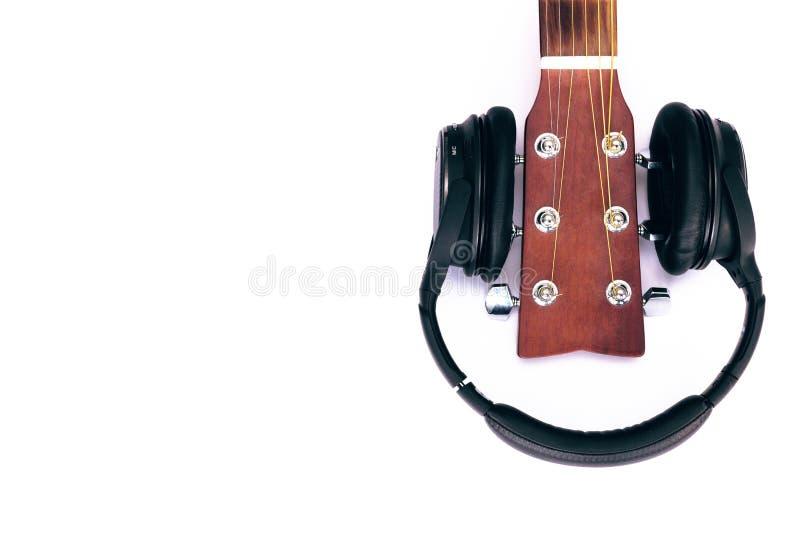 Övredelen av gitarrhalsen, hörlurar royaltyfria foton