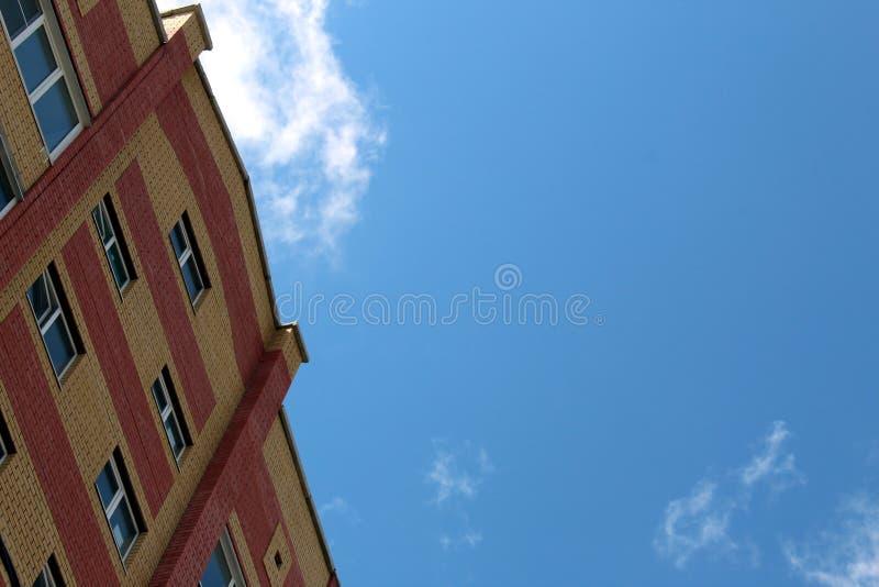 Övregolv av ett höghus mot himlen royaltyfri foto