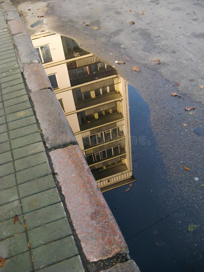 Övregolven av en flervånings- hyreshus arkivfoto