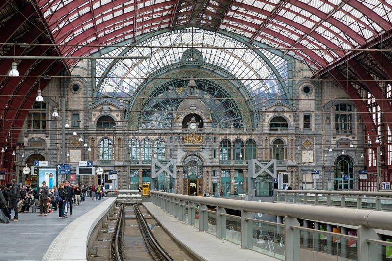 Övrenivå av Antwerp den centrala drevstationen arkivbild