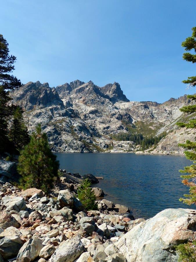 Övresardin sjö, toppig bergskedja Buttes royaltyfria foton