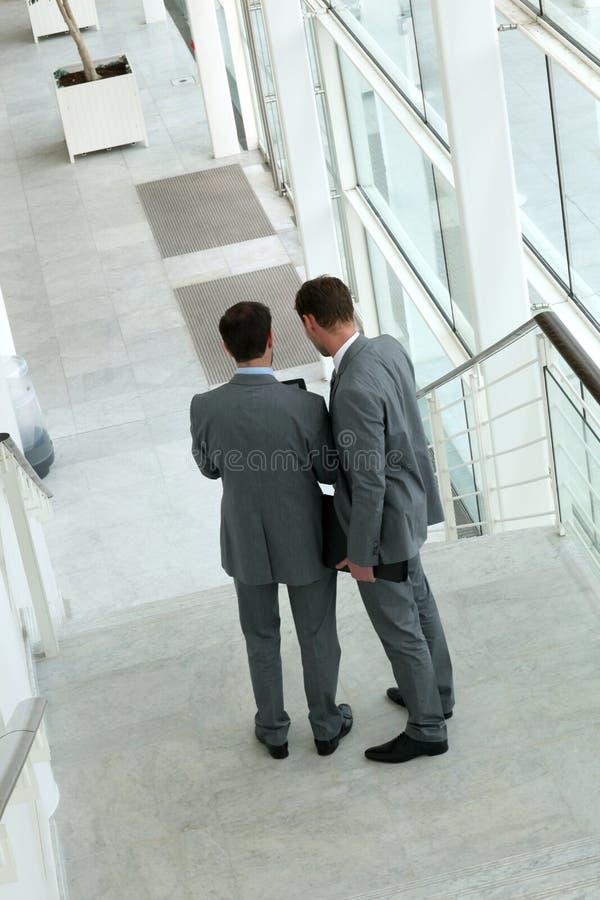 Övresikt av affärsfolk som går ner trappan royaltyfria foton