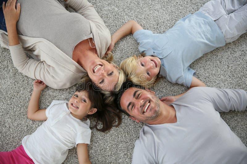 Övresikt av familjen som ligger på golvet royaltyfri foto
