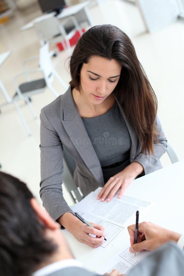 Övresikt av undertecknande avtal för affärsfolk arkivbild