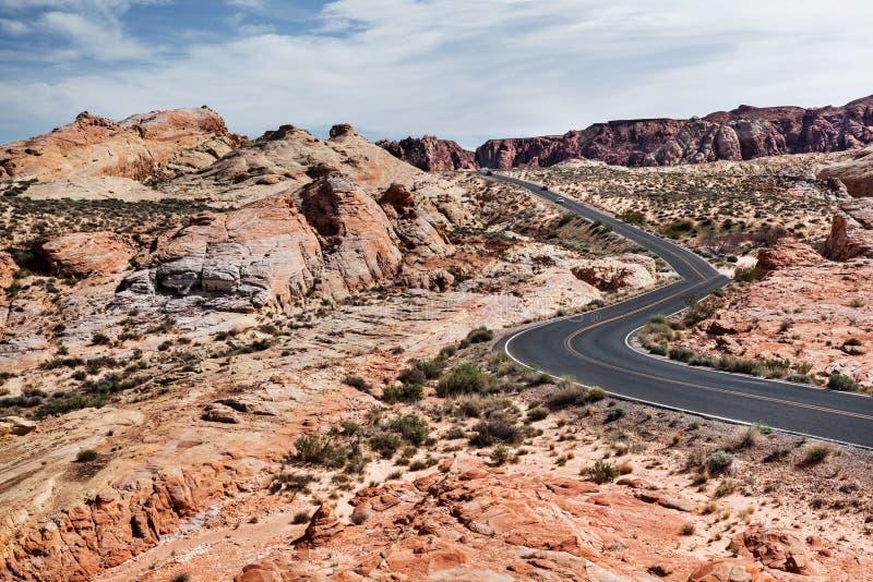 Övresikt av vägen på stenöknen, dal av branddelstatsparken i sydliga Nevada arkivfoton