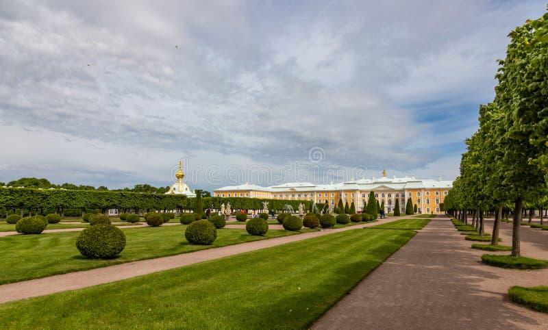 Övreträdgård av Petrodvorets och den stora Peterhof slotten Ryssland royaltyfria foton