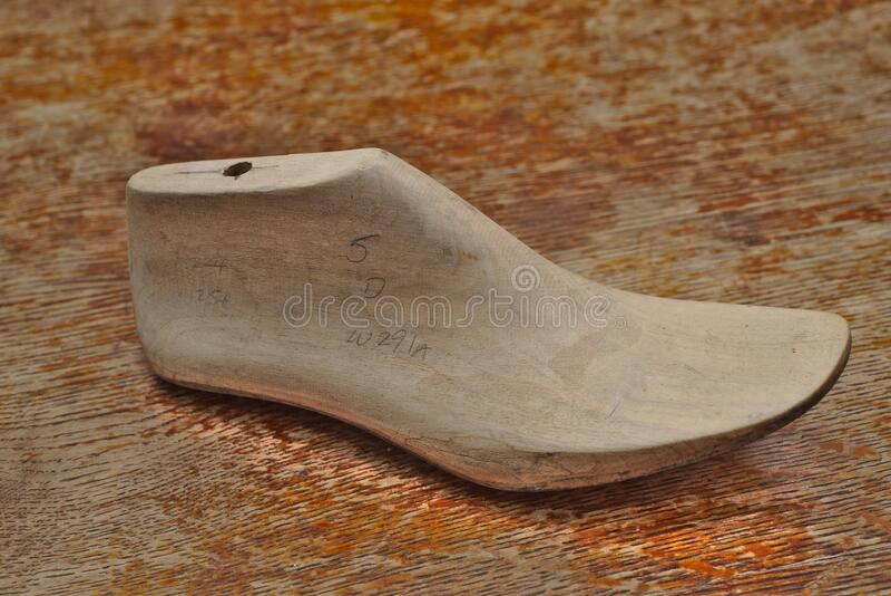 Última forma de bloque de madera para fabricar zapatos imagenes de archivo