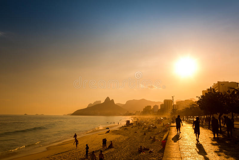 Última hora de la tarde en la playa de Ipanema en Rio de Janeiro, el Brasil fotos de archivo libres de regalías