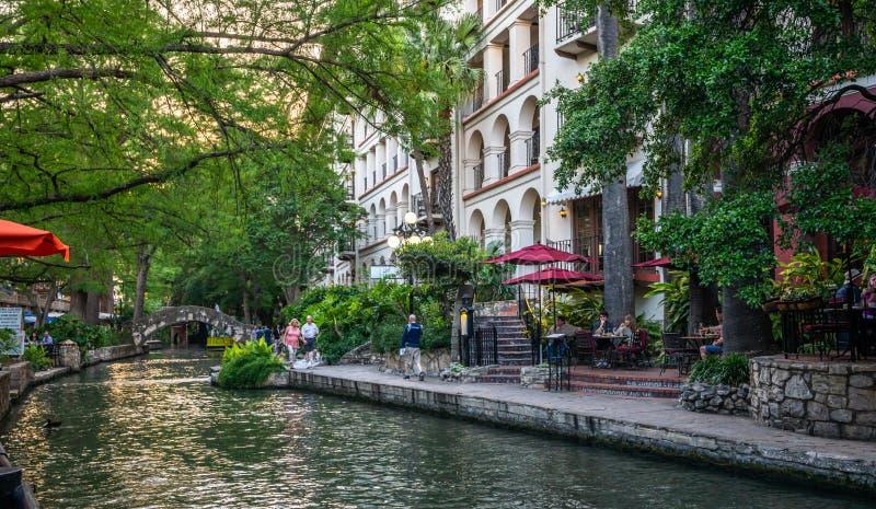 Última hora de la tarde pacífica del paseo del río de San Antonio foto de archivo libre de regalías