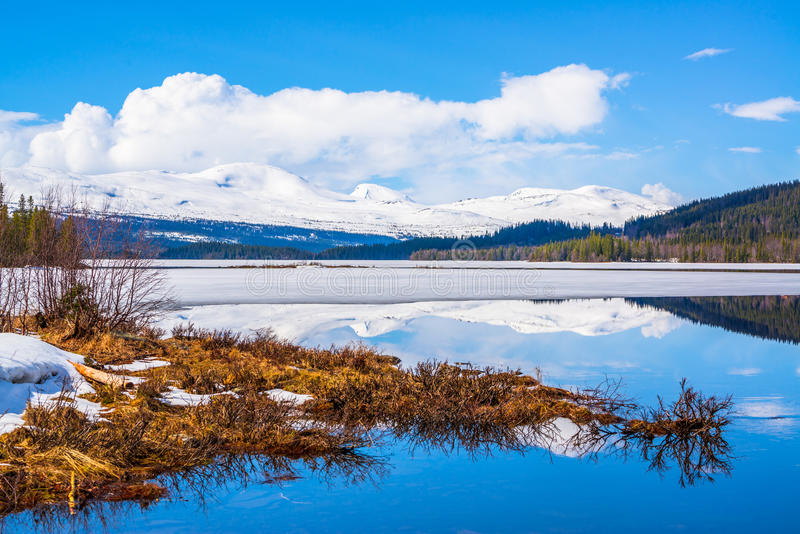 Última imagen del invierno de montañas y de un lago imagenes de archivo