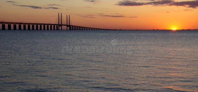 Última luz do sol perto da ponte imagens de stock