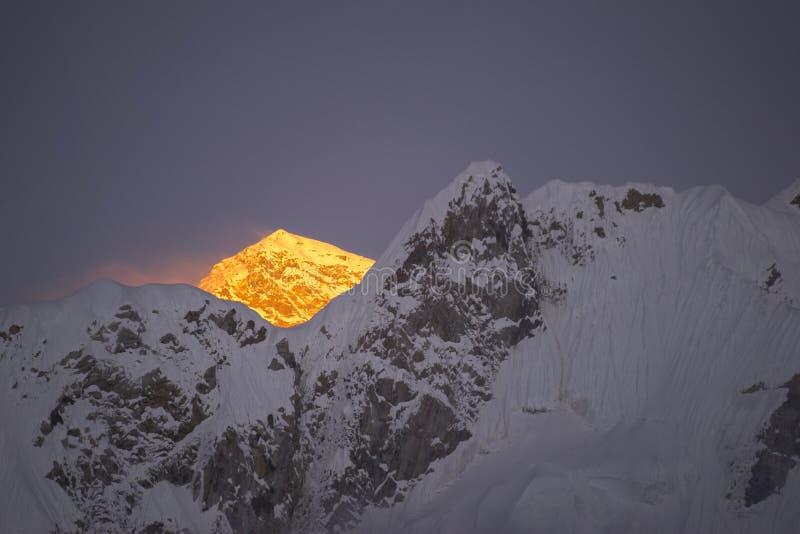Última luz dourada antes do por do sol na montanha de Everest Durante a maneira ao acampamento base de Everest fotografia de stock