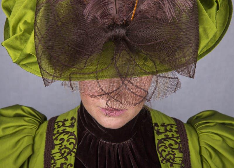 Última mujer victoriana en conjunto de seda verde imagenes de archivo