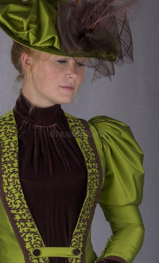 Última mujer victoriana en conjunto de seda verde fotos de archivo libres de regalías