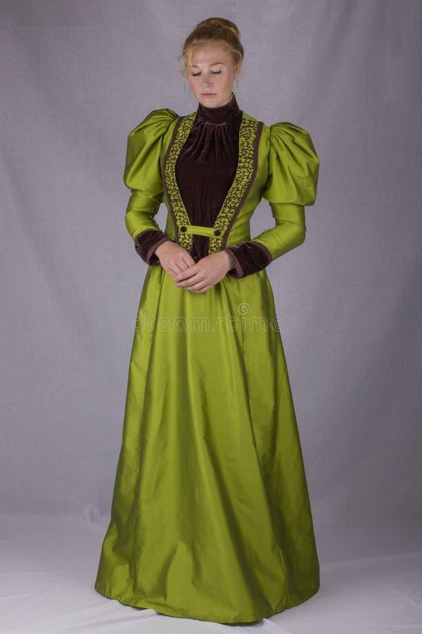 Última mujer victoriana en conjunto de seda verde imagen de archivo libre de regalías