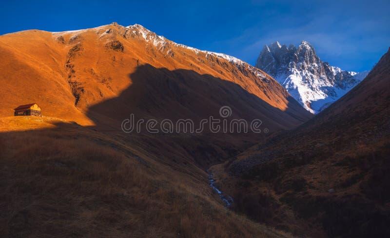 Última opinión del otoño de las montañas del Cáucaso en Georgia foto de archivo