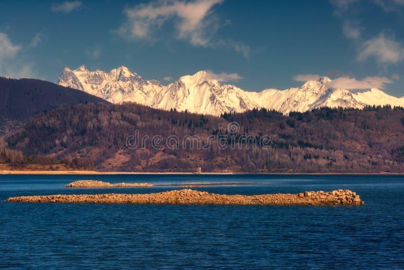 Última opinión del otoño de las montañas del Cáucaso en Georgia, lago Shaori fotografía de archivo libre de regalías