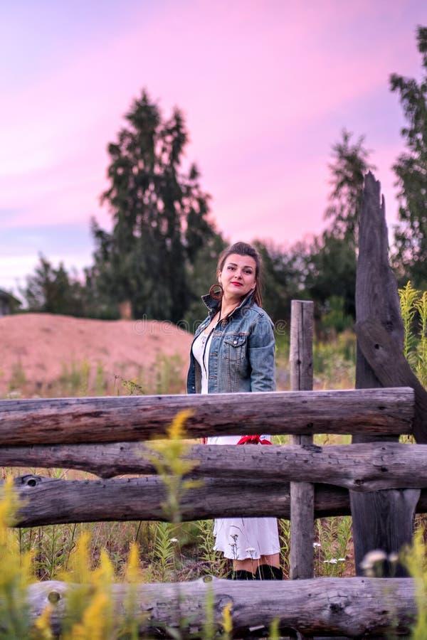 Última puesta del sol en el campo y la vaquera imagen de archivo libre de regalías