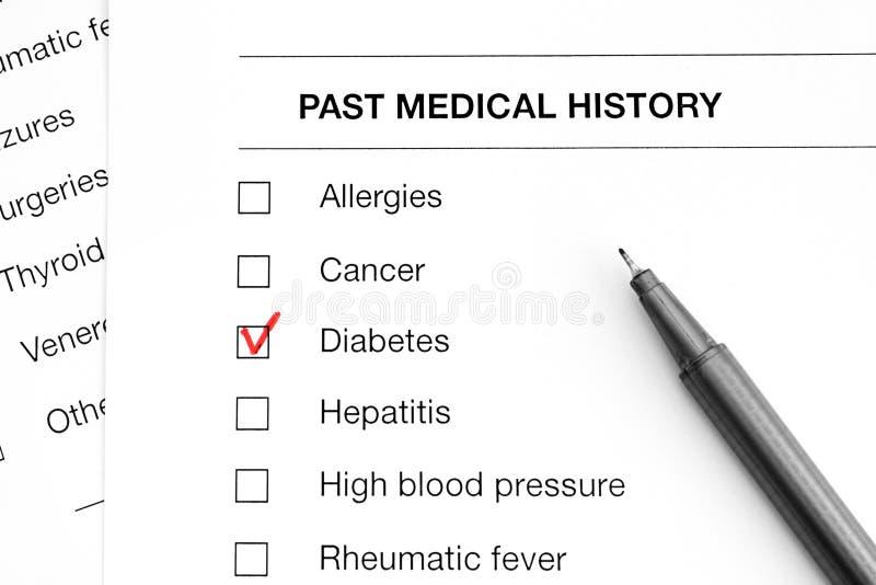 Último cuestionario del historial médico con las marcas en la diabetes y la pluma de la palabra imagenes de archivo