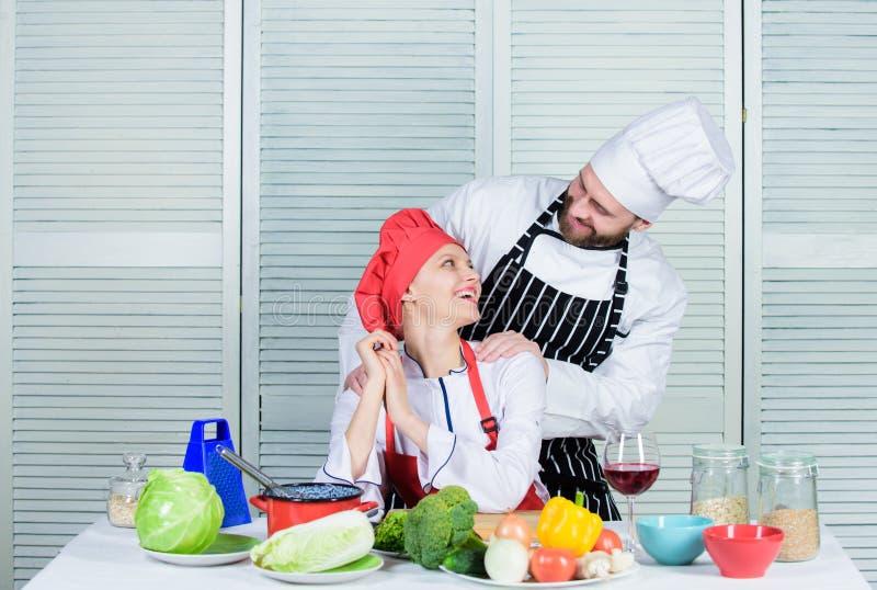 Último desafío de cocinar Los pares compiten en artes culinarios Razones por las que pares que cocinan junto El cocinar con su imagen de archivo libre de regalías