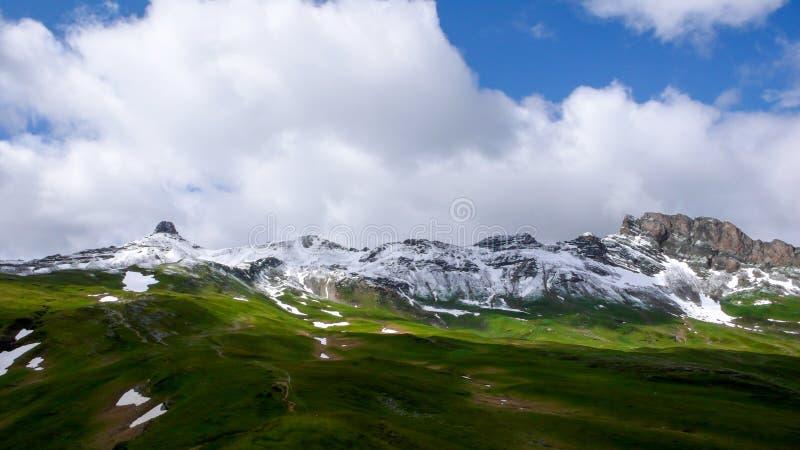 Último paisaje de la montaña del panorama del otoño en Suiza con los altos picos cubiertos en la primera nieve fotografía de archivo libre de regalías