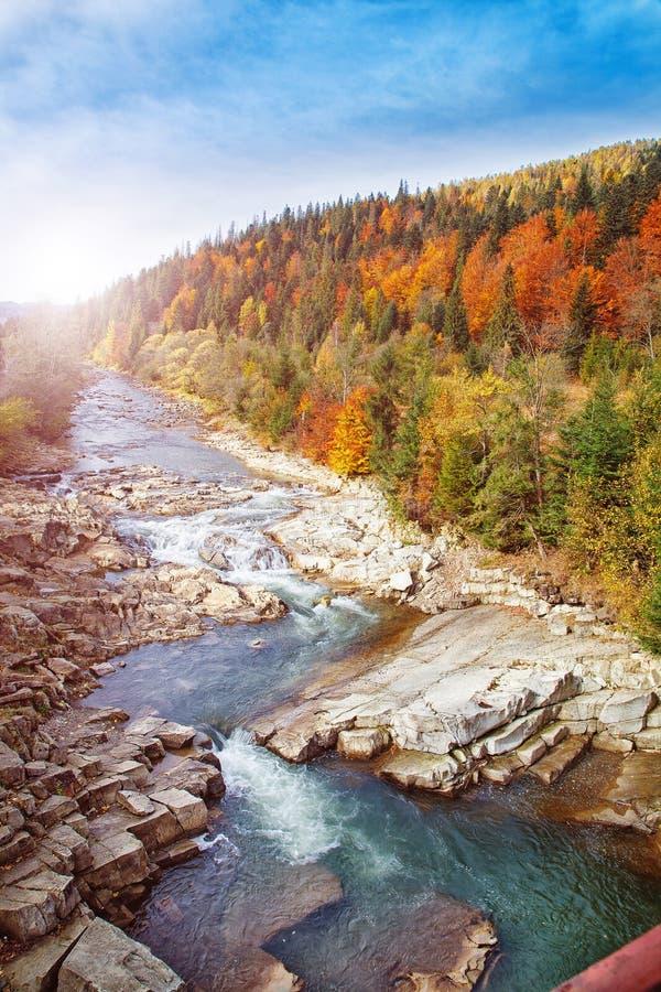 Último paisaje del otoño Río de la montaña de Sormy con las piedras en las montañas imágenes de archivo libres de regalías
