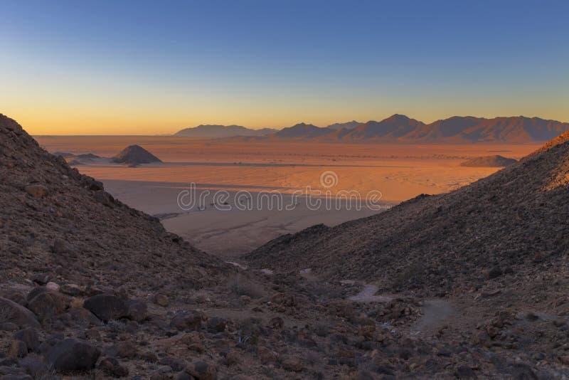 Últimos raios de luz do sol no deserto foto de stock