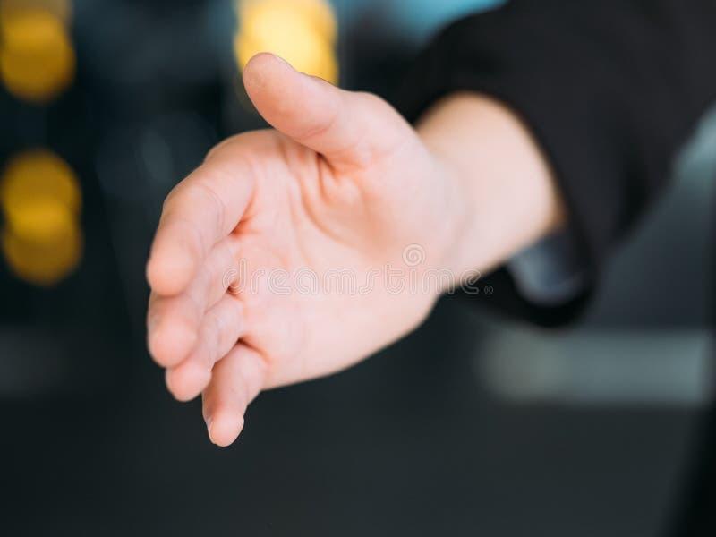 Únase a la mano que da la bienvenida del gesto del saludo del equipo del negocio fotografía de archivo libre de regalías