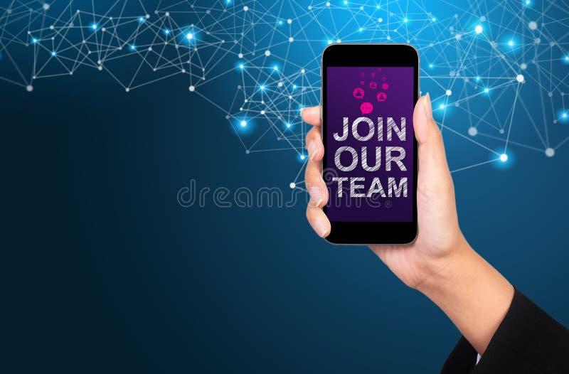 Únase a nuestro concepto del equipo Únase a nuestro equipo en la pantalla del smartphone en autobús imagenes de archivo