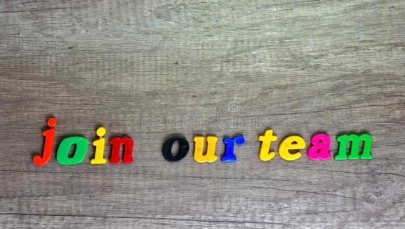 ?nase a nuestro equipo escrito con las letras pl?sticas imagen de archivo