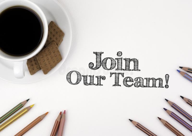 ¡Únase a nuestro equipo! Escritorio blanco con un lápiz y una taza de café imagen de archivo libre de regalías