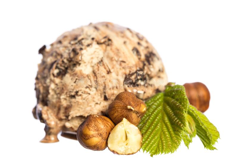 Única avelã comestível - bola do gelado de chocolate com porcas e folha da avelã isolada no fundo branco - vista dianteira imagens de stock