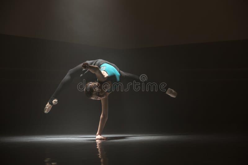 Única bailarina na sala de classe fotos de stock