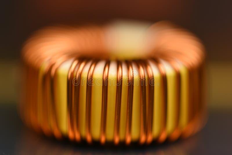 Única bobina de cobre no cartão-matriz imagens de stock royalty free