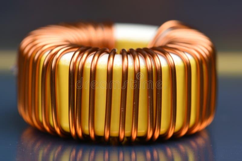 Única bobina de cobre no cartão-matriz fotografia de stock royalty free
