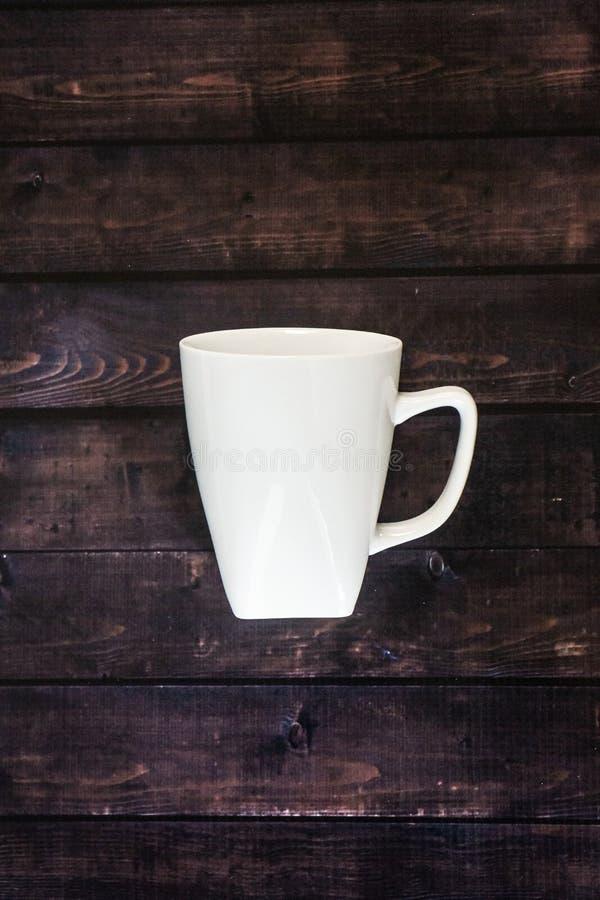 Única caneca de café em um fundo de madeira da tabela - café de java com espaço da cópia fotografia de stock royalty free