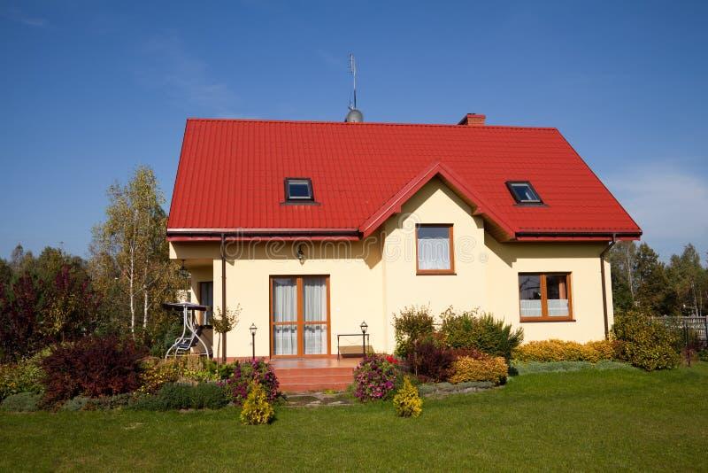 Única casa do amarelo da família fotografia de stock