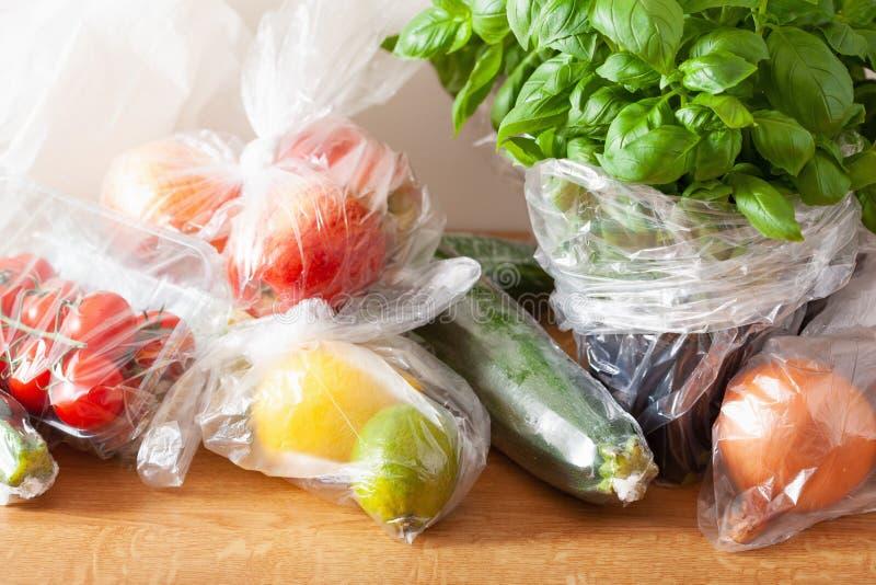 Única edição do desperdício do plástico do uso frutas e legumes em uns sacos de plástico fotografia de stock
