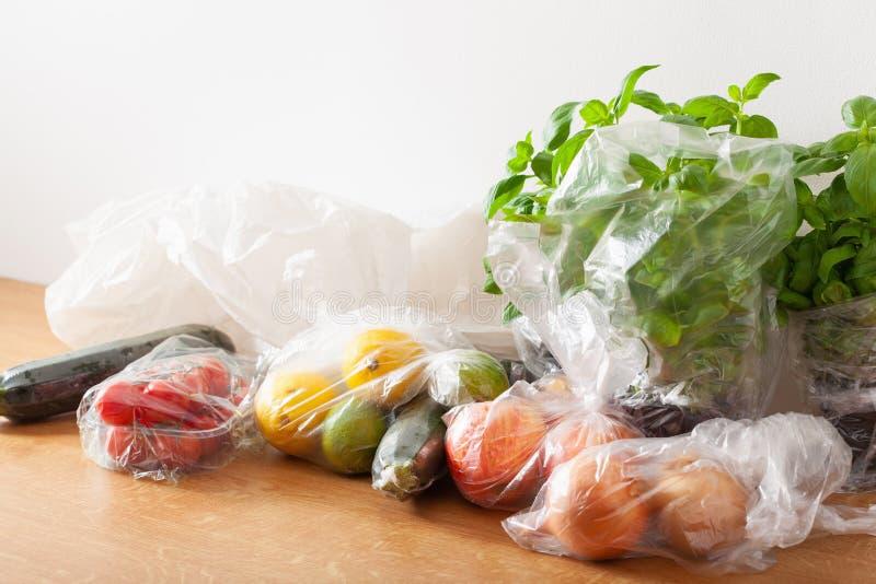 Única edição do desperdício do plástico do uso frutas e legumes em uns sacos de plástico fotos de stock