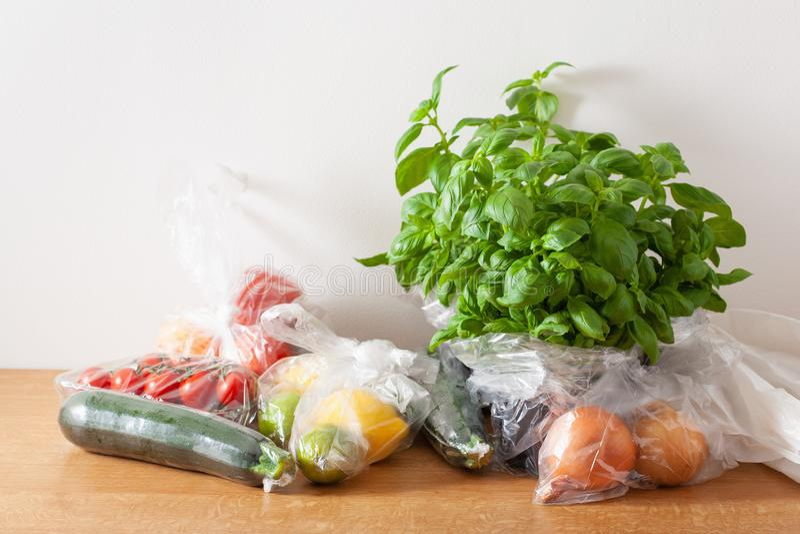 Única edição do desperdício do plástico do uso frutas e legumes em uns sacos de plástico fotografia de stock royalty free