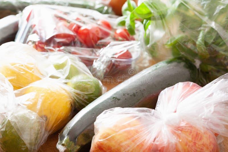 Única edição do desperdício do plástico do uso frutas e legumes em uns sacos de plástico imagens de stock royalty free