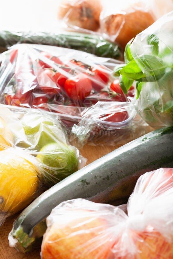 Única edição do desperdício do plástico do uso frutas e legumes em uns sacos de plástico imagem de stock royalty free