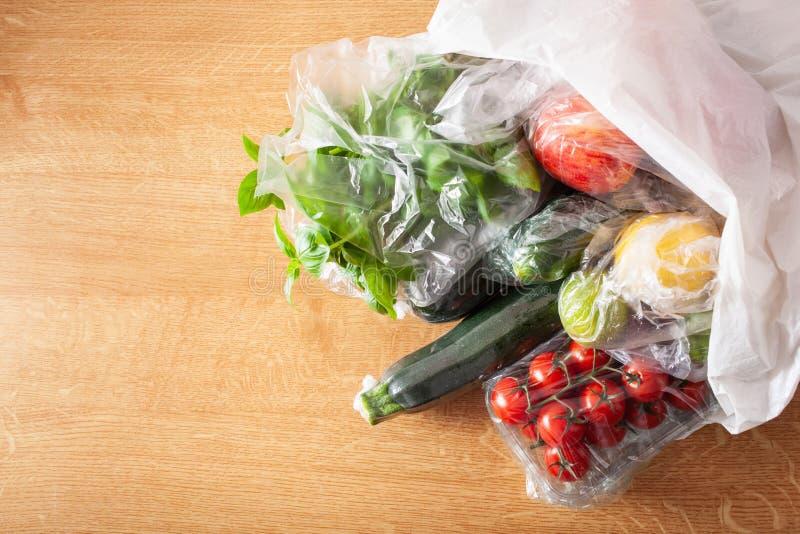 Única edição do empacotamento plástico do uso frutas e legumes em uns sacos de plástico foto de stock