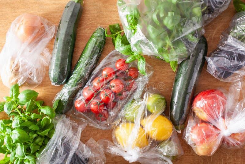 Única edição do empacotamento plástico do uso frutas e legumes em uns sacos de plástico imagem de stock