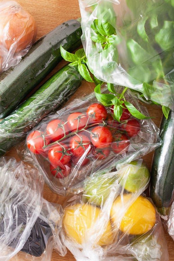 Única edição do empacotamento plástico do uso frutas e legumes em uns sacos de plástico fotografia de stock