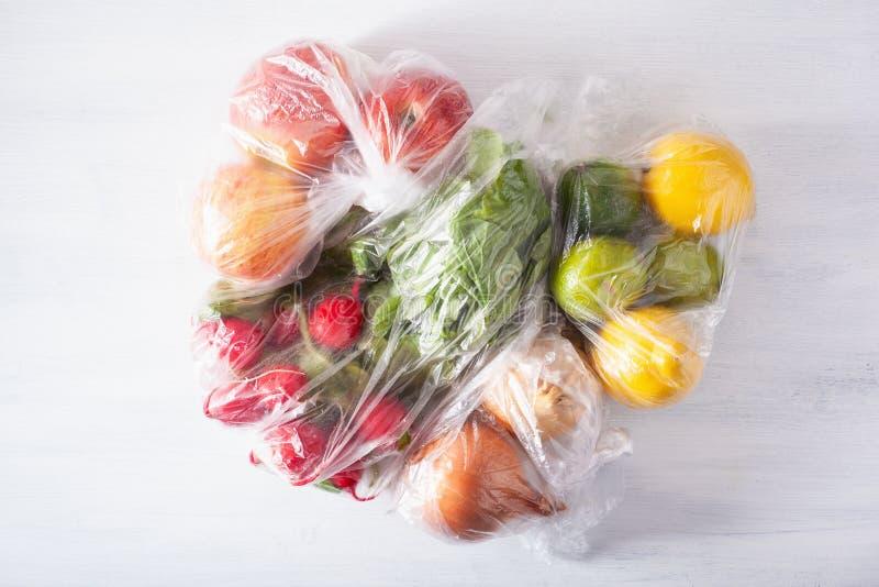 Única edição do empacotamento plástico do uso frutas e legumes em uns sacos de plástico fotografia de stock royalty free