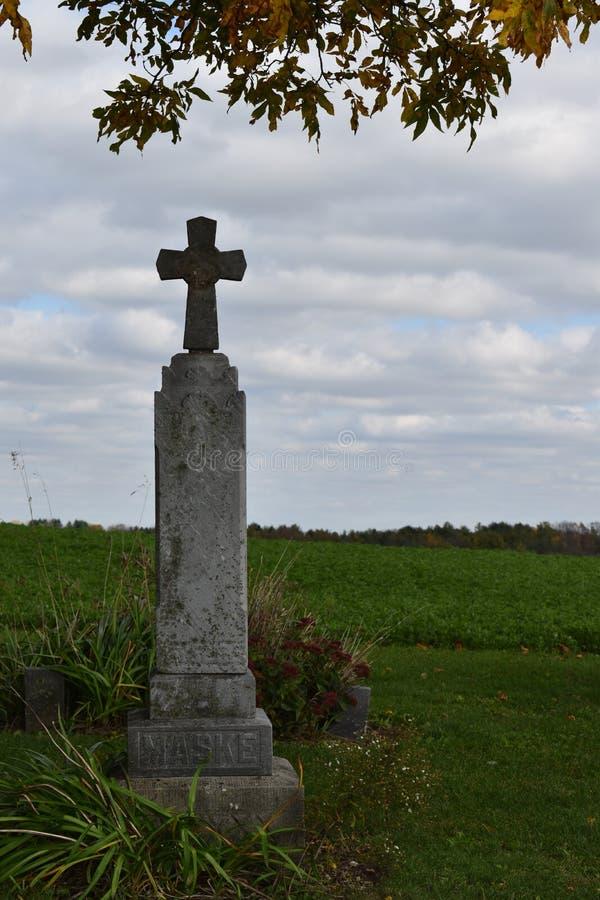 única lápide 1800 transversal do ` s em um cemitério do país foto de stock royalty free