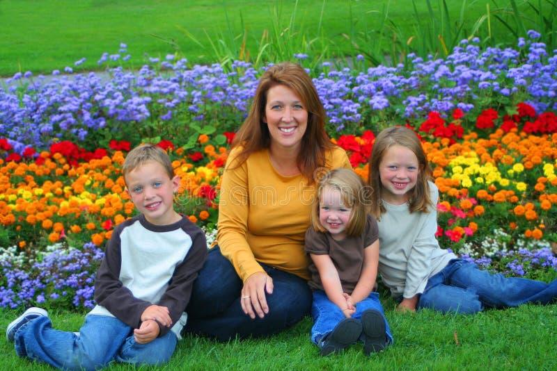 Única mamã e miúdos fotografia de stock